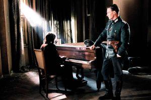 adrien-brody-au-piano-et-thomas-kretschmann-dans-le-pianiste_width1024