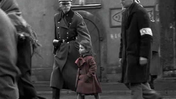la-petite-fille-en-rouge-dans-le-film-de-steven-spielberg-la-liste-de-schindler-crc3a9dit-capture-dc3a9cran-youtube
