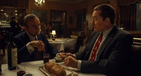 Discussions autour d'un bon repas entre Russell Bufalino (Joe Pesci) et Frank Sheeran (Robert de Niro) dans The Irishman.